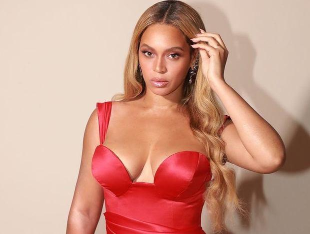 Beyoncé con un vestito rosso