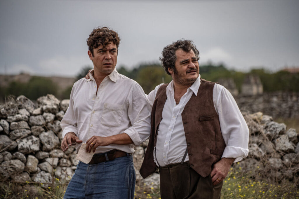 Riccardo Scamarcio e Antonio Gerardi nel film L'ultimo Paradiso