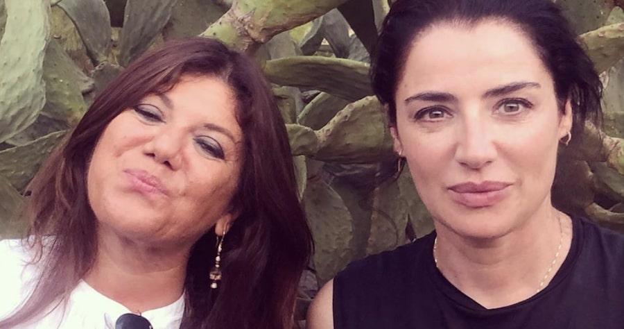 La scrittrice Gabriella Genisi insieme a Luisa Ranieri