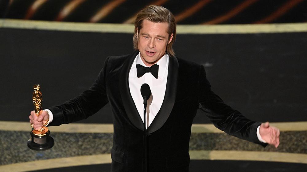 Brad Pitt sul palco del Dolby Theatre agli Oscar del 2020