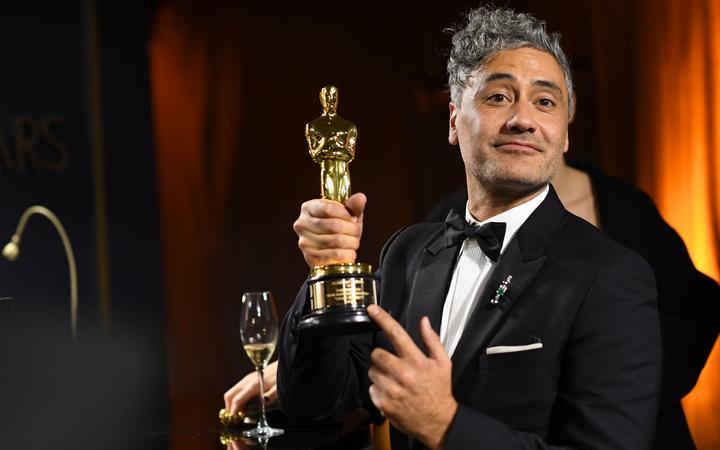 Taika Waititi con l'Oscar per la miglior sceneggiatura non originale
