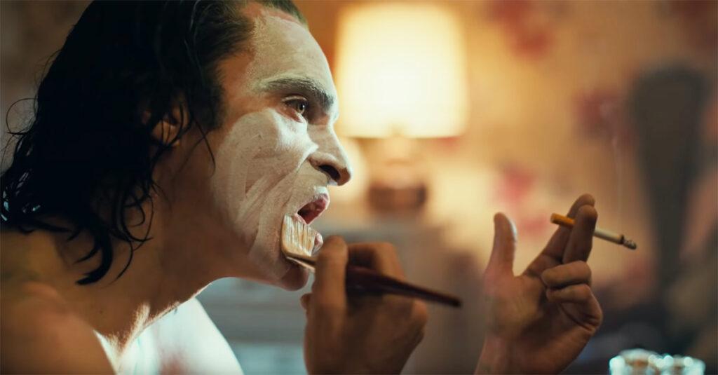 Joaquin Phoenix si dipinge la faccia di bianco in Joker