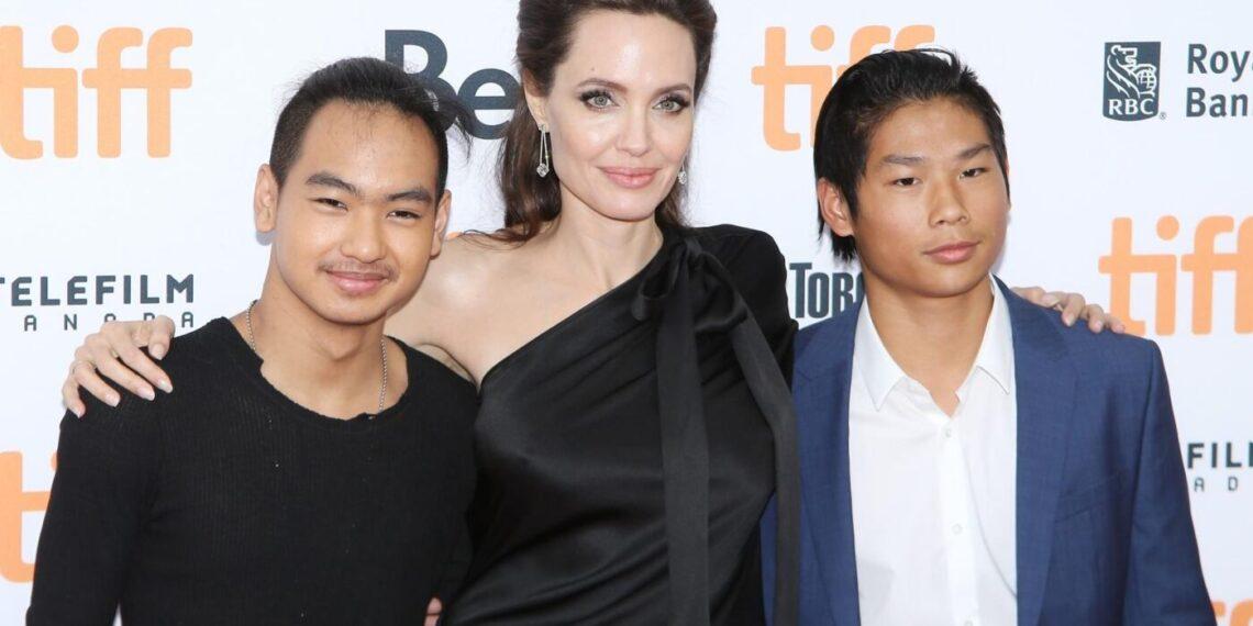 Angelina Jolie con i figli Maddox e Pax Thien.