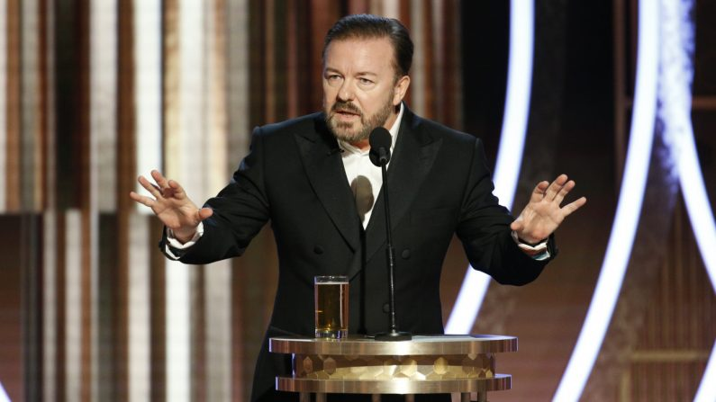 Ricky Gervais mentre attacca Hollywood durante i Golden Globe 2020