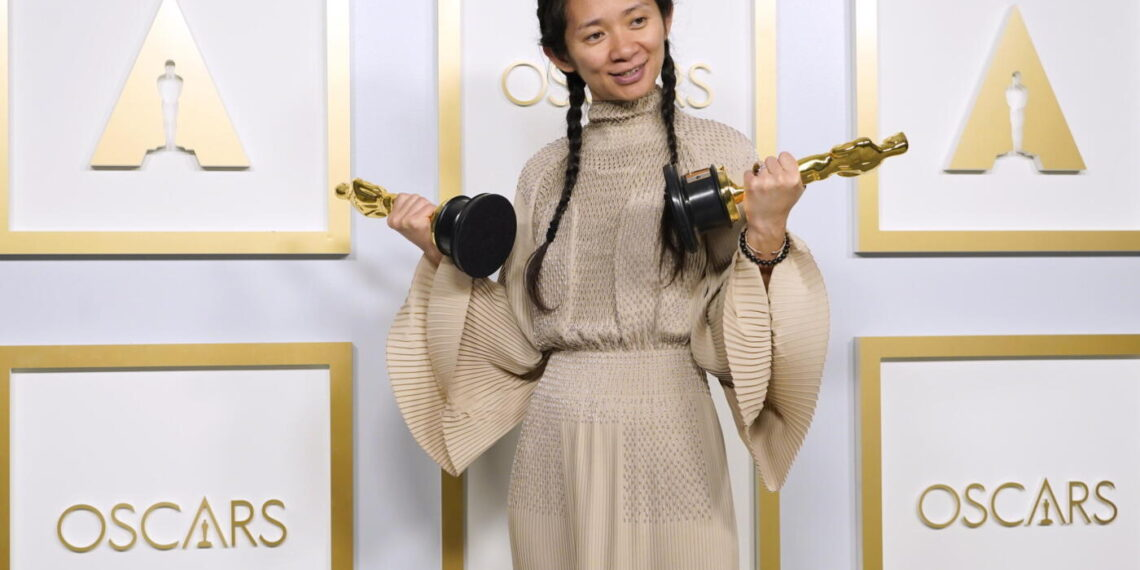 La regista Chloé Zhao stringe le due statuette vinte per Miglior Film e Miglior Regia