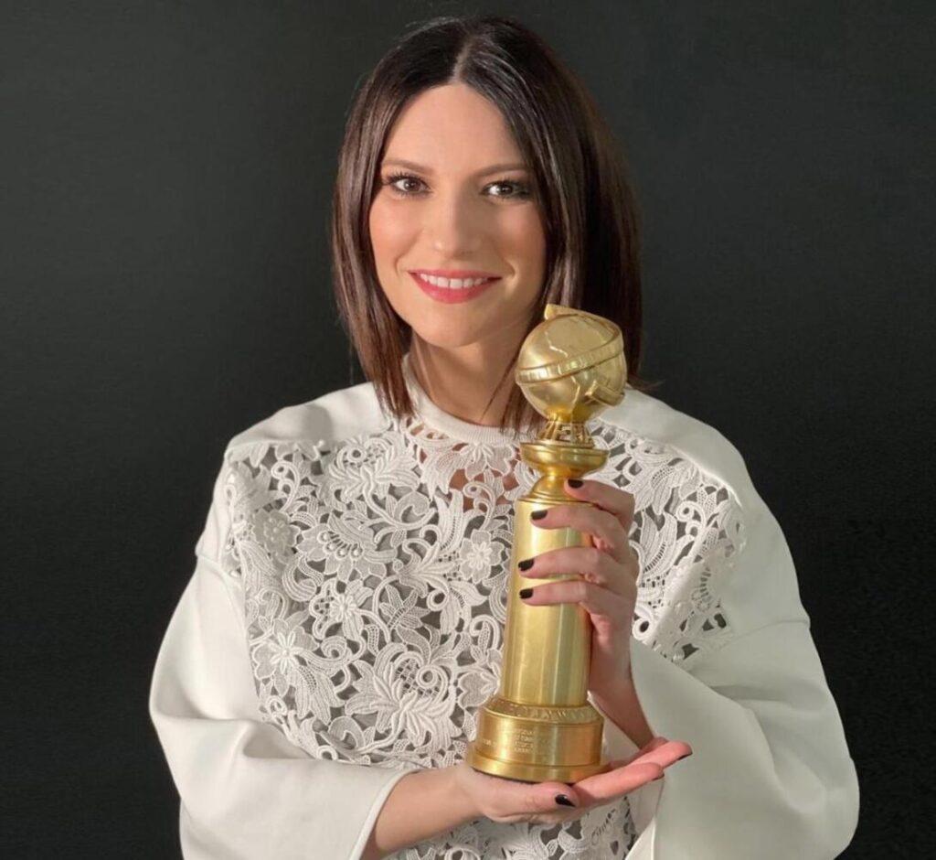 Laura Pausini con il Golden Globe in una foto del profilo Instagram