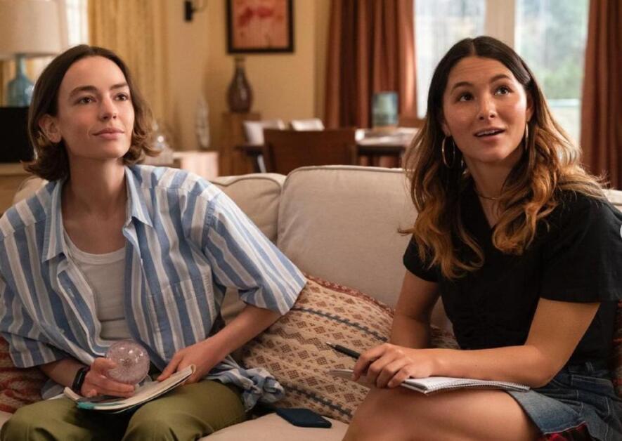 Casey e Izzie in una scena dell'ultima stagione di Atypical