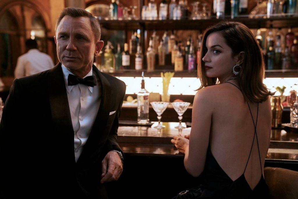 Daniel Craig con la bond girl in No Time To Die
